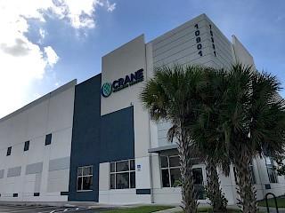 Imagen de un edificio con palmeras.