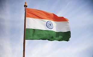 Indien Flagge, die in den Himmel fliegt