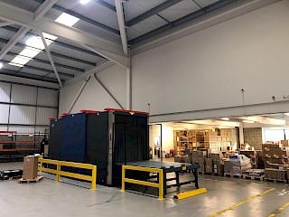 Fracht-Screening-Maschine im Lager von London Heathrow