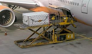 Frachtverladung im Flughafen Johannesburg JNB