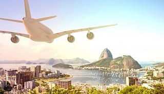 Flugzeug fliegt über Rio de Janeiro