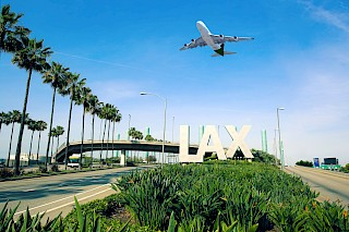 Flugzeuglandung am Flughafen von Los Angeles über der LAX-Beschilderung
