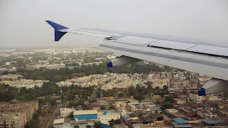 Flugzeugflügel fliegt über Ahmedabad