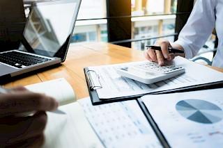 Imagen de calculadora y análisis de costos