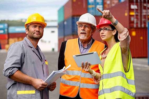 Hafenarbeiter beobachten Container